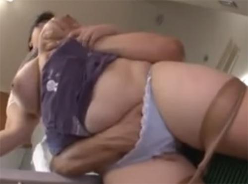 デブおばさん40歳代の女性の陰部が昼間から娘の旦那を誘ってSEX無料動画視聴ポルノ
